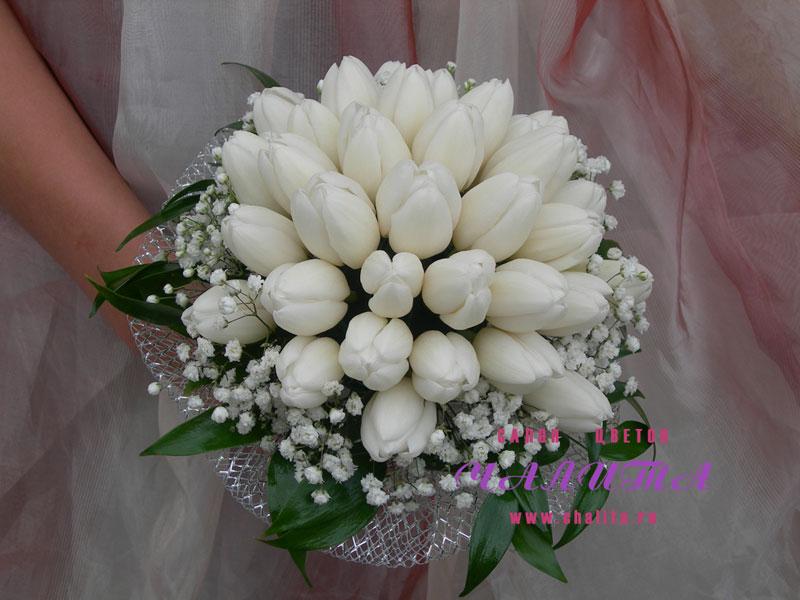 Букет невесты на портбукетнице из 33-х тюльпанов, гипсофилы и рускуса. Цена