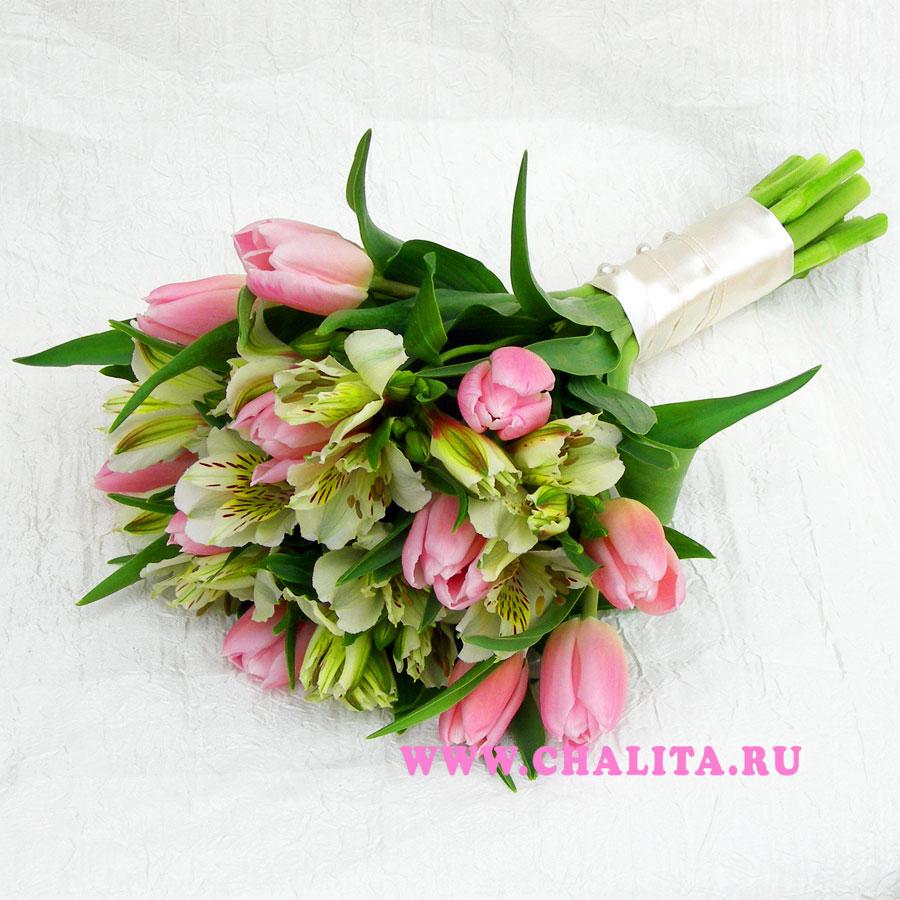Свадебный букет из тюльпанов и альстромерий в нежных тонах. Цена: 2530 руб