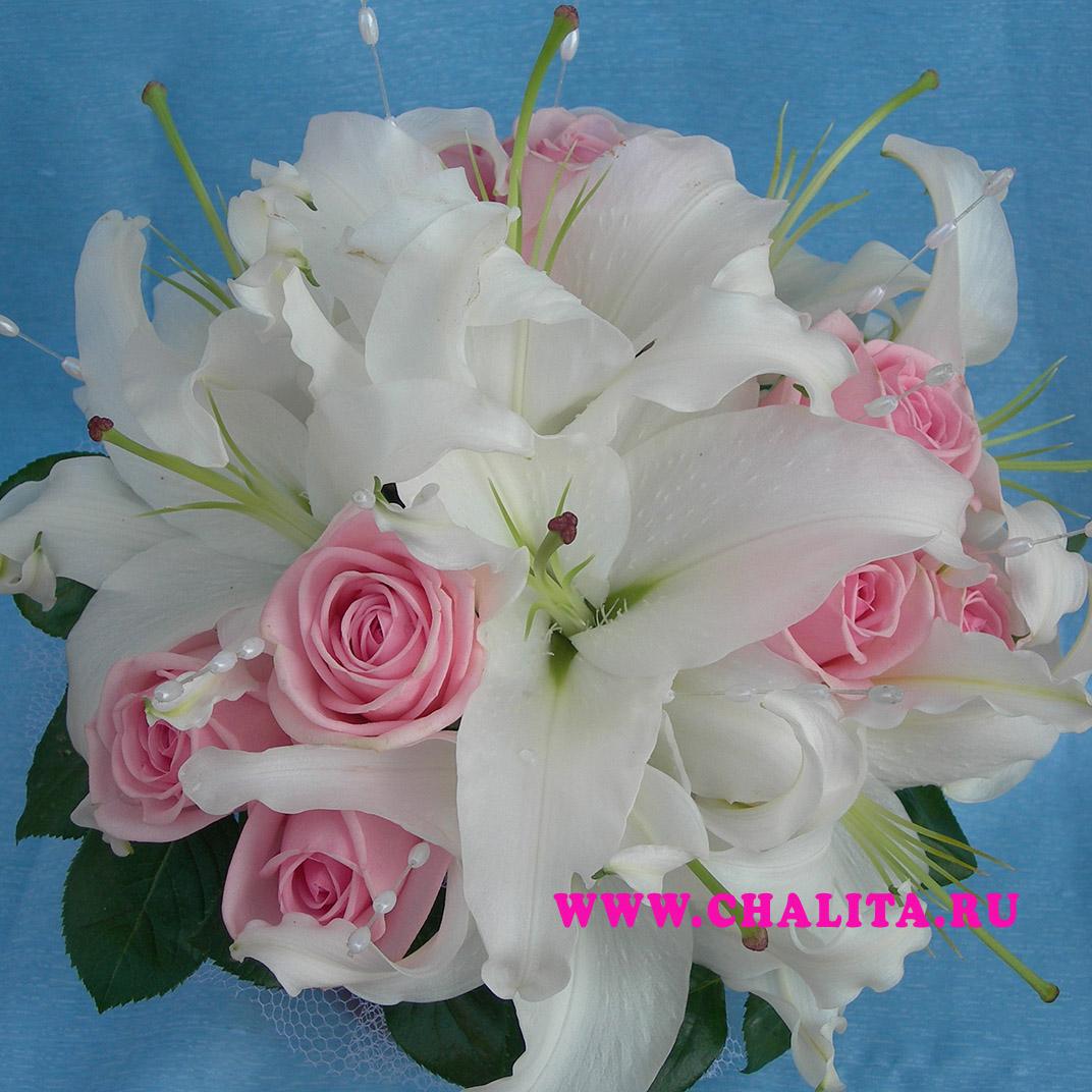 Букет невесты на портбукетнице из розовых роз и белых лилий. Цена: 3135 руб