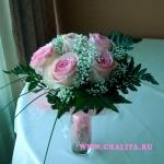 Букет в нежной цветовой гамме из 5 роз с гипсофилой и зеленью.