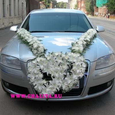 Машина, украшенная цветами